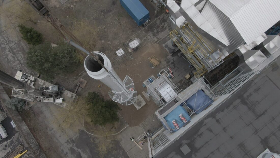 Montaż komina dla modernizowanego kotła, który zamiast węglem, będzie opalany gazem